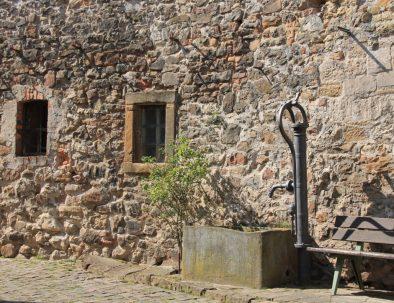 8_Brunnen an der Stadtmauer
